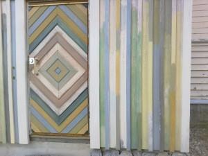 Kurt valmisti salmiakkikuvioisen panelioven pömpeliin ja sitä oli kiva maalata. Seinälaudoissa on okraa, kimröökiä, sinkkidioksiidia, ym, jos suurennat tarpeeksi kuvaa siinä lukee mitä kukin väri on.