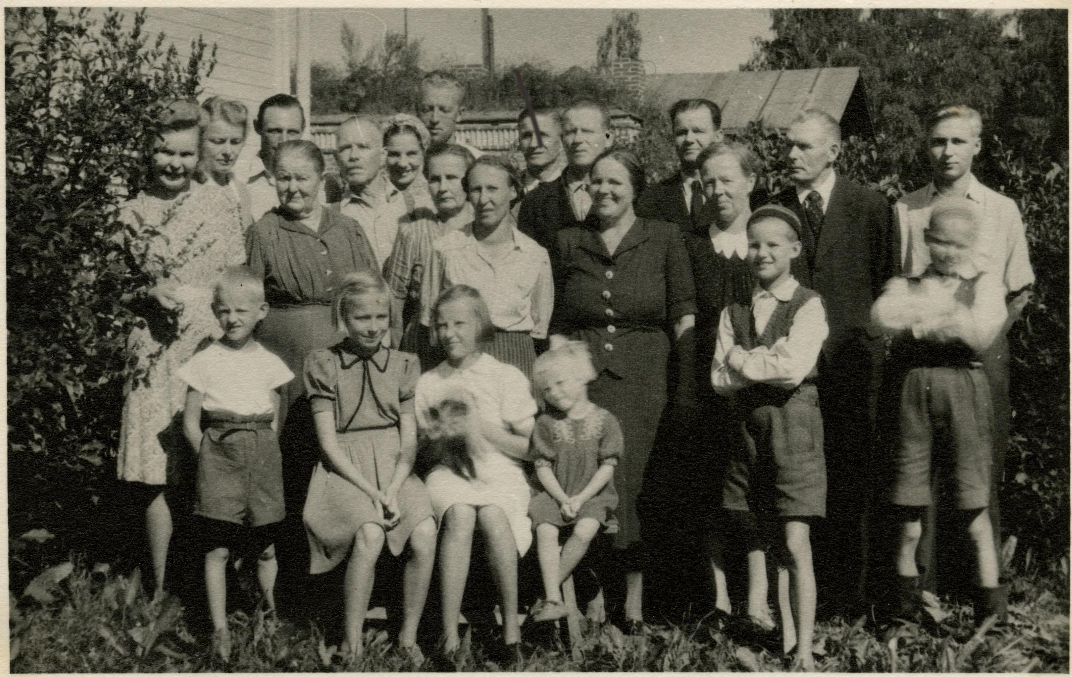 Rautatievirkamiehet ja heidän perheensä.