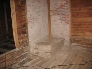 Hellan ja piipun vanha paikka löytyi hyväkuntoisena. Vanhat tiilet palomuurissa tulevat esille pesemällä.