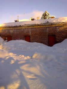 Kellarin ovet peittyy lumeen
